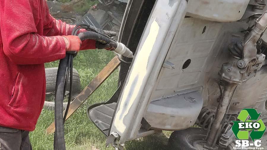 szpachla-samochód-podczas-sodowania-karoseria
